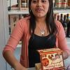 Guapa vendedora de tejas & chocotejas Don Juan en la Plaza de Armas de Ica